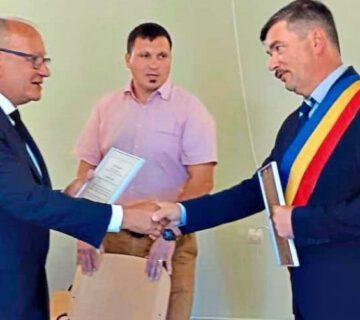 Für die Spende des früheren Emmertinger Feuerwehrautos bedankte sich Großkarols Bürgermeister Mihaly Gaman (r.) jetzt stellvertretend bei Raimund Said (l.) und überreichte ein Ehrendiplom. −Foto: privat